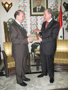 Professor Anton Caragea receives the Damascus key from Mr. Saadala Agaa, Minister of Turism of Syria